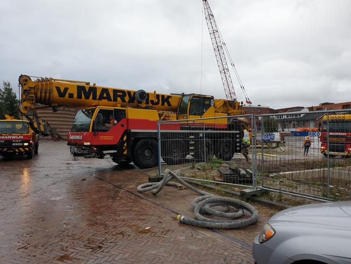 Kraanverhuurder Van Marwijk haalt zijn apparatuur van de bouwplaats Molenpad in Voorburg