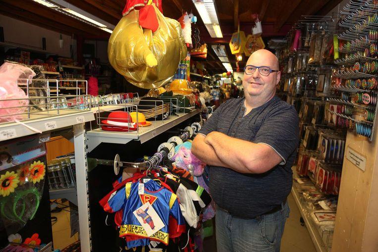 Marc Leus van Cardano tussen de rekken van de carnavalswinkel.