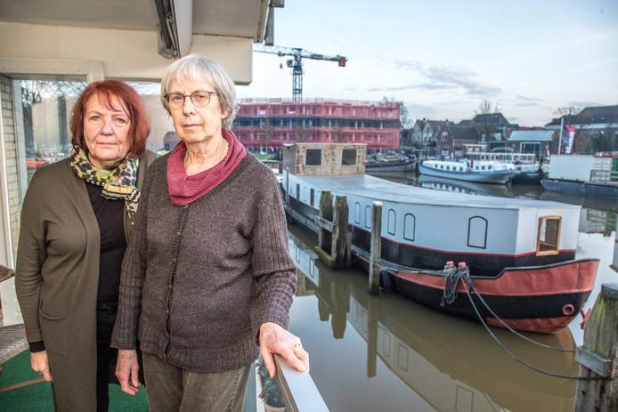 Margot Trooster (rechts) en Willemien Penterman wonen in het appartementencomplex aan de Schuttevaerkade. Zij storen zich aan de in hun ogen veel te pompeuze boot die pal voor het complex een ligplaats heeft gekregen.