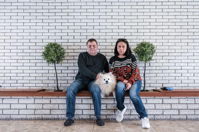 Ton Veldboom met zijn vrouw Jocelyn en hun hond Toby in de flatportiek aan de Houtsmastraat in Doetinchem.