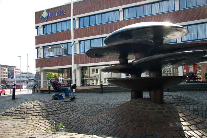 Het waterkunstwerk zoals dat jarenlang bij de entree van het politiebureau stond.