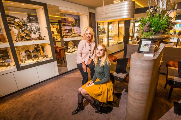 Judith Jonge Poerink met dochter Joyce in de juwelierszaak Jonge Poerink.