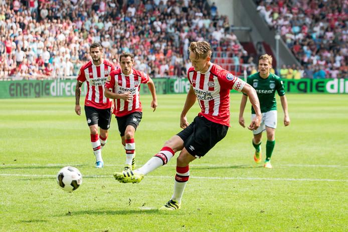 Luuk de Jong mist een penalty tegen FC Groningen.