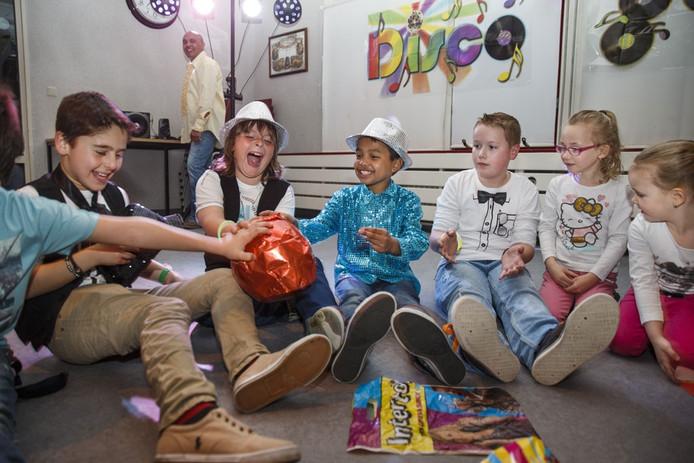 Danijal Ollong (10 jaar, met blauwe trui in het midden) viert zijn feestje met vriendjes en familie in een speeltuincentrum. Het thema is 'disco', zijn vader speelt die avond dj. Ze zitten in een kring en geven cadeautjes door in de vorm van een spel.