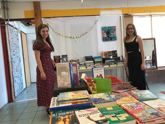 Sterre van Rijt (l) en Myrte de Jong in Ome Sjef's Bookstore.