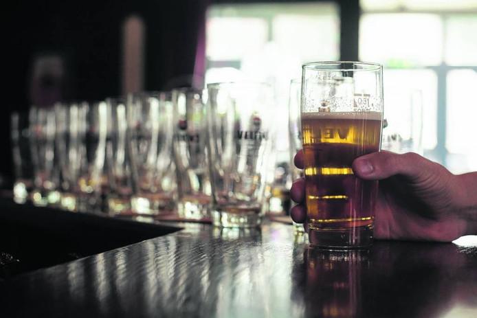 Minderjarigen kunnen vrijwel overal in de gemeente Hellendoorn aan alcohol komen.