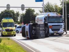 Bestelbus gekanteld na ongeval tussen twee voertuigen in Halsteren