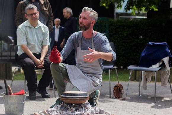 Foodarcheoloog Jeroen Van Vaerenbergh kookt tijdens Open Monumentendag een middeleeuws potje in het Kasteel van Beersel.