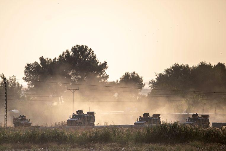 Turkse legervoertuigen bij de Syrische grens.