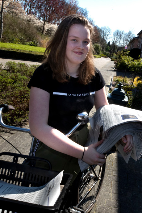 Melissa (13) uit Heeze begint eigen coronakrant: 'Oma vindt het ook een goed idee'