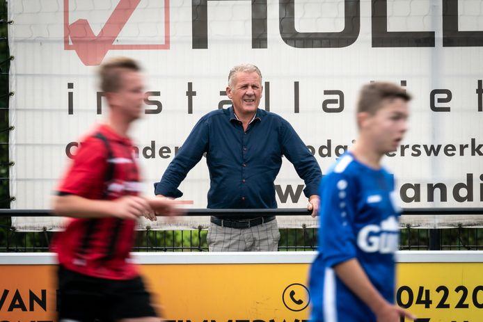 Bekerwedstrijd tussen Excelsior Zetten en SC Valburg. Ton Polman, oud verzorger bij Excelsior Zetten, staan na 25 jaar niet meer binnen maar buiten de lijnen.