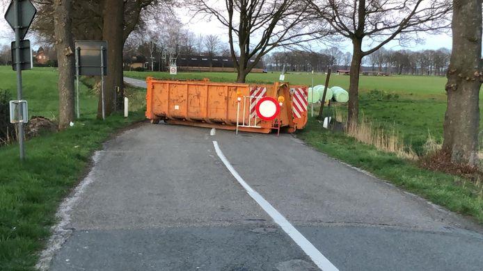 Tussen Chaam en Meerle is de weg op deze manier afgezet.