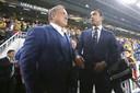 Dick Advocaat als trainer van Fenerbahce in gesprek met Feyenoord-collega Giovanni van Bronckhorst.