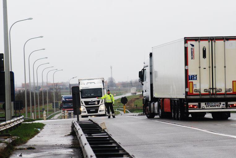 De vrachtwagens moeten rechtsomkeert maken in Oostduinkerke.