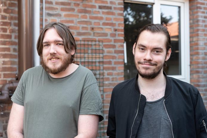 Roy (links) en Erwin hebben in de wijk Kruiskamp de rust in hun leven teruggevonden.