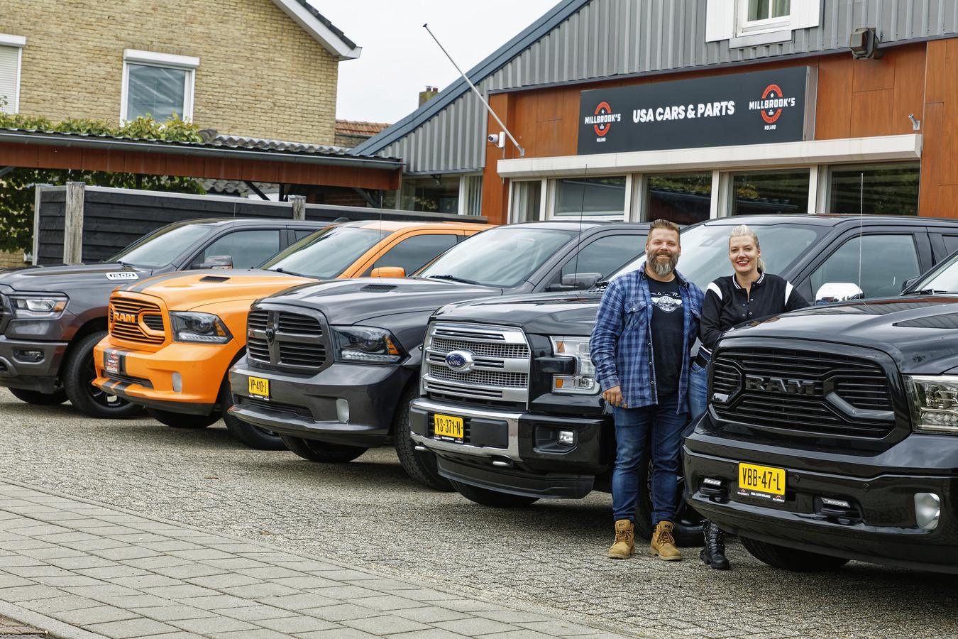 Roland en Margot Meulenbroek van Millbrooks in Nuland tussen hun massieve voertuigen.