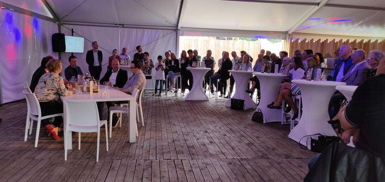 Lieven Van Gils sprak bij de lancering van de Vega Frick met enkele 'tafelgasten' over de nieuwe snack. Onder hen friturist Bjorn Wolfs (rechts aan tafel).