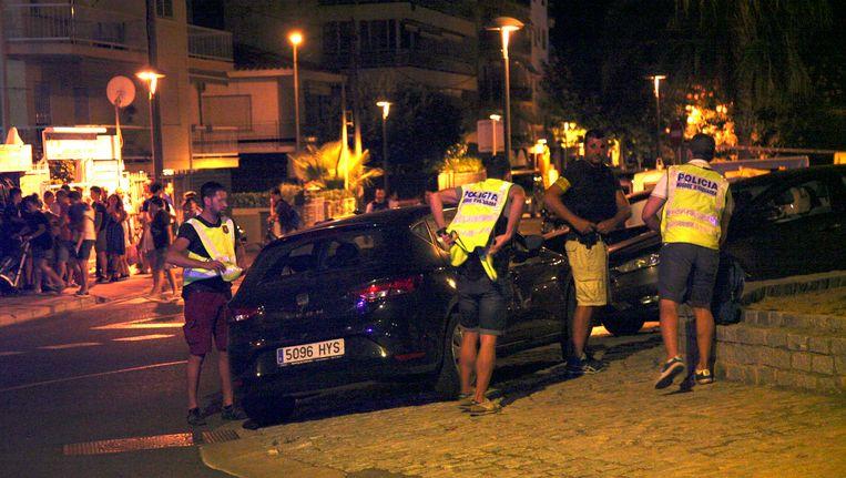 Spaanse politieagenten onderzoeken een auto in de badplaats Cambrils. Beeld epa