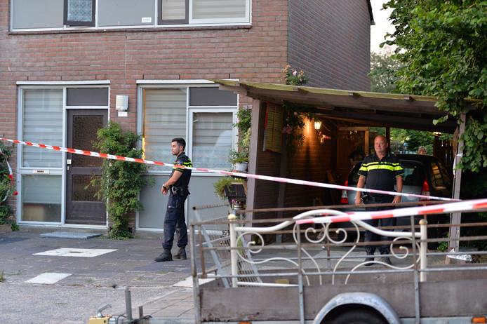 De politie bij de woning aan Bronsgietersdonk, waar het lichaam van de vrouw gevonden werd.