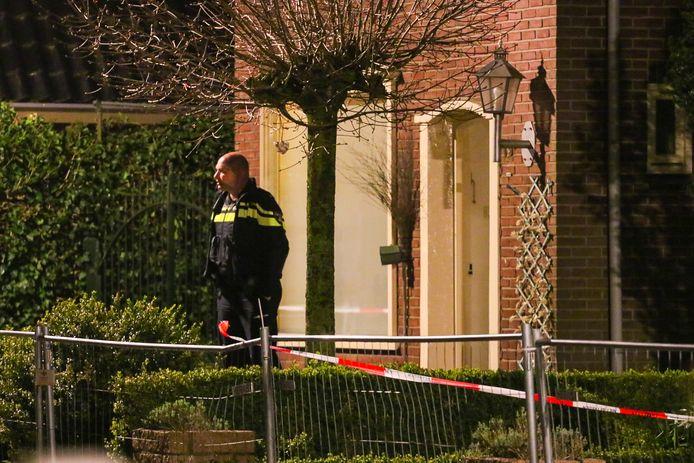 Drie gewapende mannen hebben vannacht een woning in Klarenbeek overvallen.