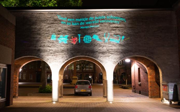 Na het gemeentehuis en het kantoor van de Rabobank zijn nu ook de poorten op het Raadhuisplein in Waalwijk opgesierd met wetblue-projecties. Waalwijk hoopt dat goed voorbeeld doet volgen en dat ook ondernemers hun pand willen laten uitlichten in de kenmerkende kleur van de leer- en schoenenindustrie.