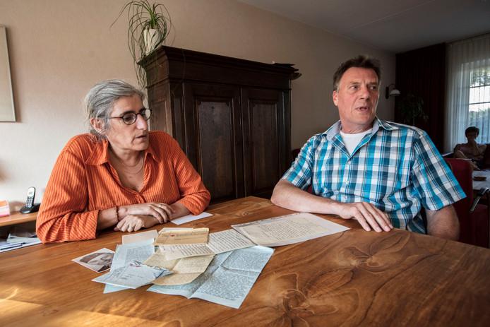 Nicht Lilliane  en neef Bert van de in Koreaoorlog vermiste Cor van de Snepscheut.