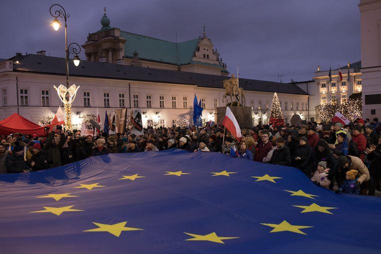 In het centrum van Warschau vormen de naar schatting 30 duizend betogers een haag waar de rechters doorheen lopen. Er wordt om het hardst voor ze geklapt. Gejoeld. Geroepen. Beeld Piotr Malecki