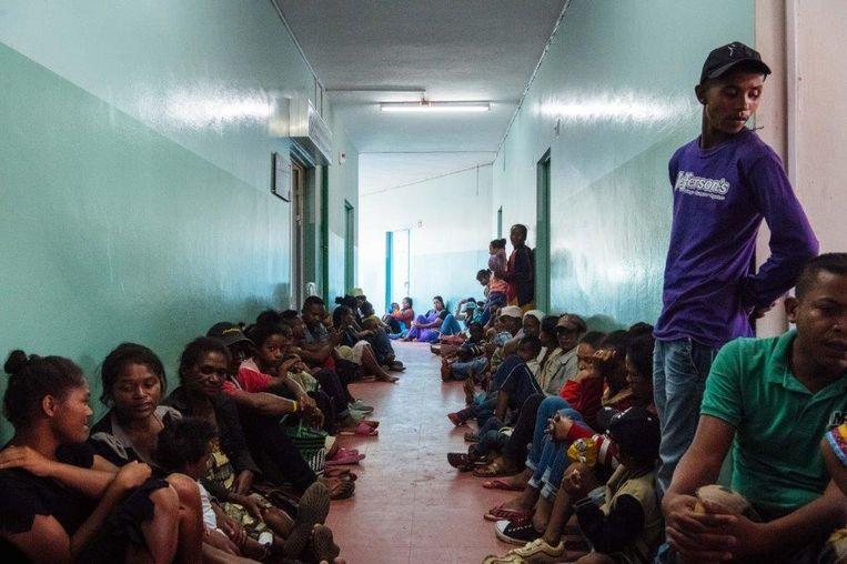 In de hal wachten veel mensen om geholpen te worden.