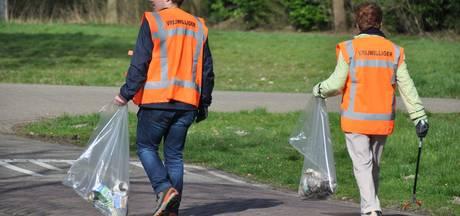 Afval ruimen in het Waspikse zonnetje