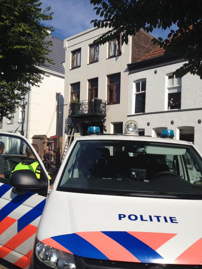 In juli stond er ook al politie bij het pand, nu weer.