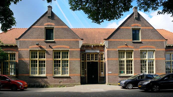 De voormalige Van Voorthuijsenschool in Velp.