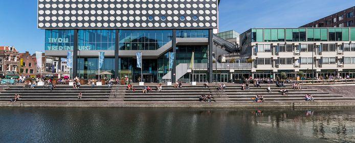 Volle terrassen bij grand café Het Gegeven Paard (links) en restaurant Danel. Toch valt de omzet bij Danel tegen.