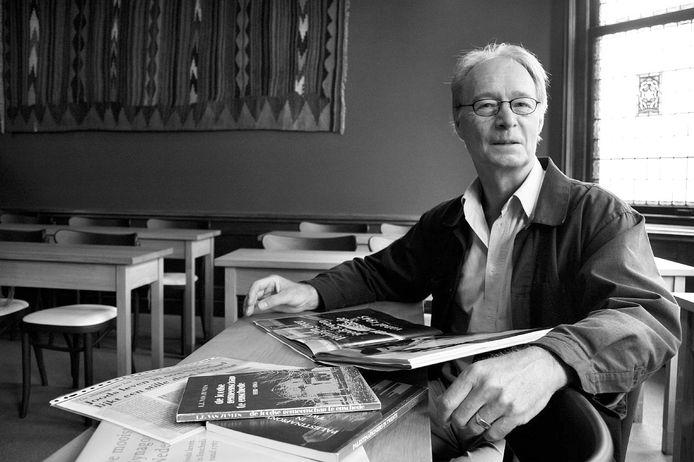 Frank van Zuijlen in de Enschedese synagoge (2007). De geschiedenisleraar schreef boeken en brochures over dat (gerestaureerde) joodse gebedshuis.