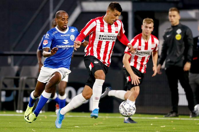 Doelpuntenmaker Abdulsamed Abdullahi achtervolgt Joel Piroe van Jong PSV.
