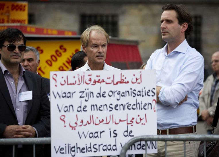 Kamerleden Harry van Bommel (M, SP) en Michiel Servaes (R, PvdA) tijdens een anti-IS-demonstratie op de Dam. Beeld anp