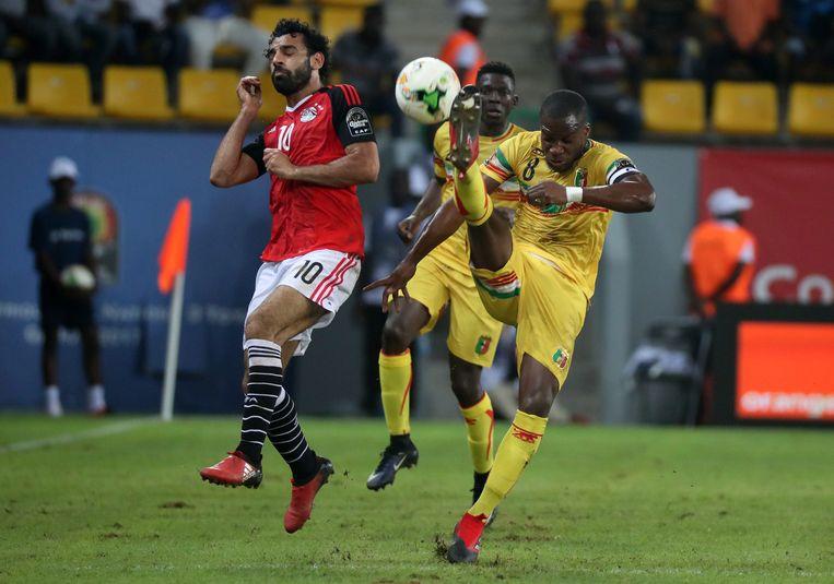 Yacouba Sylla, hier in het geel met nummer 8, in duel met Salah op de Africa Cup van vorig jaar.