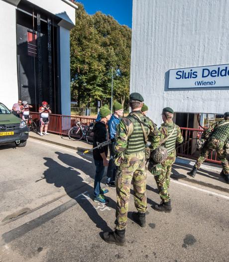 Het 'westen' valt aan! Nationale Reserve oefent bij sluis in Delden