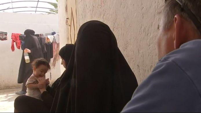 Ilham B., een Nederlandse Jihadist , hier in het Syrische vluchtelingenkamp Ain Aissa geïnterviewd door de VRT.