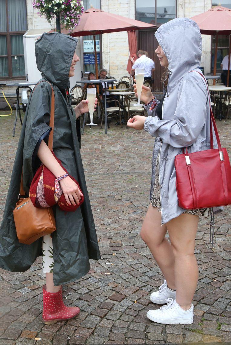TIENEN-suikerrock-hopelijk gaat het niet zo fel regenen als de linkse dame is op voorzien