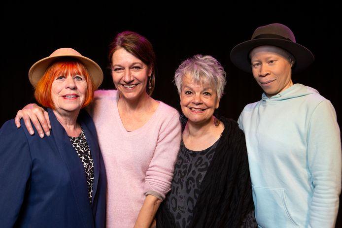 Theatermakers Anita Poolman (midden rechts) en Martine de Moor (midden links). Marijke Spliet (l) en Andrea Clarke-Brown flankeren hen.