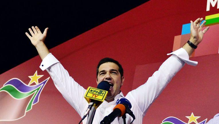 Tsipras viert de overwinning met zijn aanhangers op het hoofdkwartier van zijn partij Syriza. Beeld null