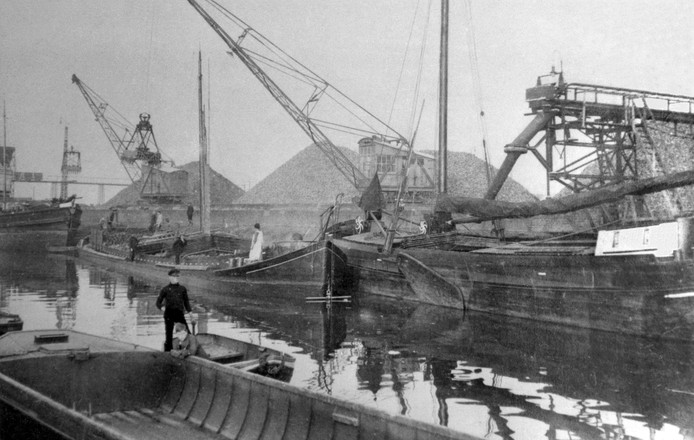 Het is rond 1930 in de haven een drukte van belang tijdens de campagne bij de suikerfabriek in Roosendaal.