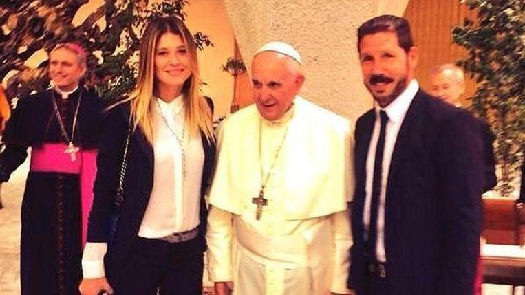 Diego Simeone met zijn vriendin op bezoek bij paus Franciscus. Beeld epa