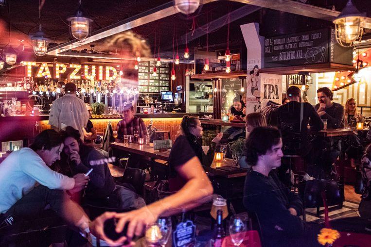 Bar Tap Zuid moet, net als als alle andere kroegen, sinds dinsdagavond om 22.00 uur dicht.  Beeld Joris Van Gennip
