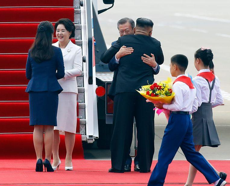 De Noord-Koreaanse leider Kim Jong-un begroet president Moon Jae-in van Zuid-Korea. Beeld AP