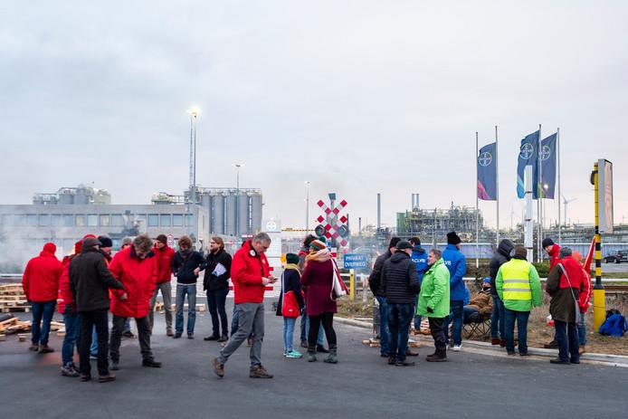 Stakingspost bij de productiesite van Bayer in de Antwerpse haven.