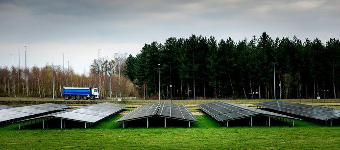 Een zonnepark bij Eindhoven. Ligt er straks ook zo een bij Almkerk?
