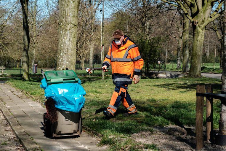 Een gemeentewerker aan de slag in de Hovestraat.