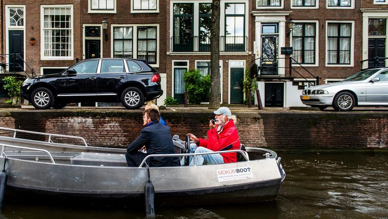 Een Amsterdamse schipper met een portofoon. Beeld anp
