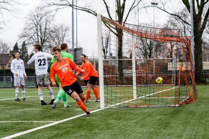 Archiefbeeld van de wedstrijd tussen Beek Vooruit en Kruisland. Joost Schalk zorgt voor de 1-0.